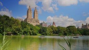 Tiro de establecimiento diurno de la gente en botes de remos en el lago en Central Park metrajes