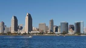 Tiro de establecimiento diurno de San Diego Skyline de la isla de Coronado almacen de metraje de vídeo