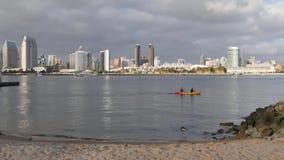 Tiro de establecimiento diurno de San Diego Skyline de la línea de la playa de la isla de Coronado almacen de metraje de vídeo