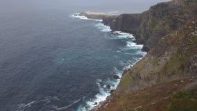 Tiro de establecimiento dramático de las ondas que rabian en los acantilados metrajes