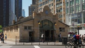 Tiro de establecimiento exterior del d3ia de la 72.a estación de metro de la calle almacen de video