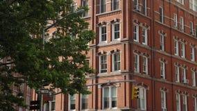 Tiro de establecimiento exterior del d3ia de las construcciones de viviendas típicas de Manhattan del ladrillo rojo almacen de video