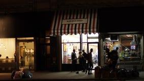 Tiro de establecimiento exterior de la noche de la peluquería de caballeros de New York City metrajes
