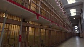 Tiro de establecimiento interior de células en la isla de Alcatraz metrajes