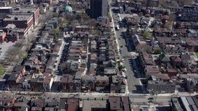 Tiro de establecimiento a?reo de una vecindad de Toronto durante la primavera almacen de metraje de vídeo