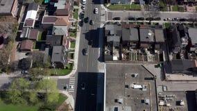 Tiro de establecimiento a?reo de una vecindad de Toronto durante la primavera metrajes