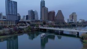 Tiro de establecimiento reverso lento de la barca en el río Colorado en Austin almacen de video