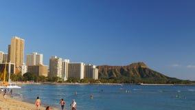 Tiro de filtrado ancho de la playa de Waikiki y de la cabeza del diamante almacen de video