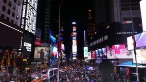 Tiro de filtrado granangular de las muchedumbres y de las luces en Times Square, NY almacen de metraje de vídeo