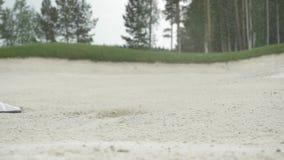 Tiro de golf en arena El jugador de golf golpea una bola en la arena Juego de trampa de arena Golpea un cierre de la bola para ar almacen de video