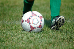 Tiro de la acción del balón de fútbol Fotos de archivo
