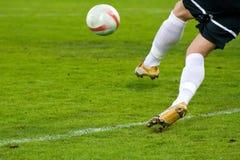 Tiro de la acción del fútbol (balompié) Fotografía de archivo libre de regalías