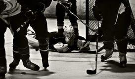 Tiro de la acción del hockey sobre hielo Imagen de archivo