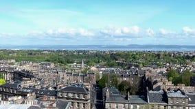 Tiro de la antena del día de la ciudad histórica de Escocia de la ciudad de Edimburgo metrajes