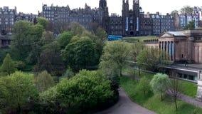Tiro de la antena del día de la ciudad histórica de Escocia de la ciudad de Edimburgo almacen de metraje de vídeo