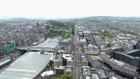 Tiro de la antena del día de la ciudad histórica de Escocia de la ciudad de Edimburgo almacen de video
