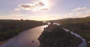 Tiro de la antena del río del castillo de la isla que revela almacen de metraje de vídeo
