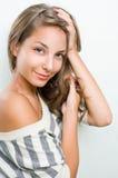 Tiro de la belleza de la muchacha triguena joven sonriente bronceada. Imagenes de archivo
