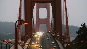 Tiro de la cámara lenta de igualar los semáforos de coche que se mueven a lo largo de puente Golden Gate icónico en la última pue almacen de video