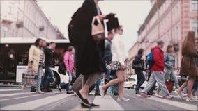 Tiro de la cámara lenta de la muchedumbre grande anónima que camina a través de una calle vieja ocupada de la ciudad con los auto almacen de metraje de vídeo