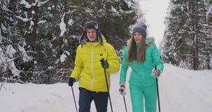 Tiro de la cámara lenta de un esquí cariñoso de los pares en el bosque la víspera del día de tarjeta del día de San Valentín almacen de metraje de vídeo