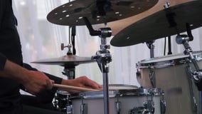 Tiro de la cámara lenta de un músico que se realiza en los tambores en festival metrajes