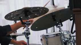 Tiro de la cámara lenta de un músico que se realiza en los tambores en festival almacen de metraje de vídeo
