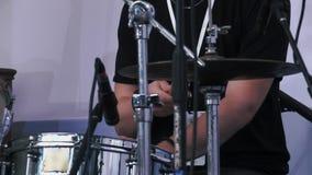 Tiro de la cámara lenta de un músico que se realiza en los tambores en festival almacen de video