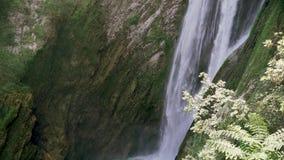 Tiro de la c?mara lenta del agua que cae abajo en chalet italiano hermoso en Tivoli almacen de metraje de vídeo