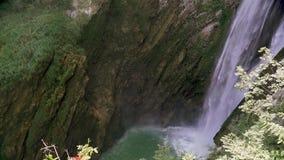 Tiro de la c?mara lenta del agua que cae abajo en chalet italiano hermoso en Tivoli metrajes