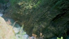 Tiro de la c?mara lenta del agua que cae abajo en chalet italiano hermoso en Tivoli almacen de video
