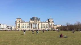 Tiro de la cacerola del lapso de tiempo: turistas delante de Berlin Reichstag Building metrajes
