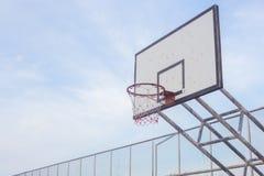 Tiro de la cuenta de deportes del gyme de los deportes al aire libre del anillo del borde del hoopnet del baloncesto Foto de archivo libre de regalías