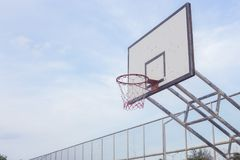 Tiro de la cuenta de deportes del gyme de los deportes al aire libre del anillo del borde del hoopnet del baloncesto Fotos de archivo libres de regalías