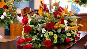 Tiro de la flor y de la vela usadas para un entierro foto de archivo