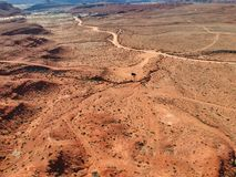 Tiro de la impulsi?n del coche el desierto en Am?rica occidental foto de archivo