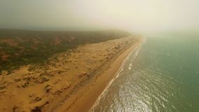 Tiro de la línea de la playa y de la playa almacen de video