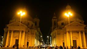 Tiro de la noche en las iglesias gemelas en uno de los cuadrados más grandes de Roma, Piazza del Popolo Turismo turístico por exc almacen de video