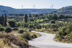 Tiro de la perspectiva del camino curvado vacío en lado del condado en Esmirna en Seferihisar foto de archivo