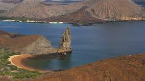Tiro de la roca del pináculo en las islas de las Islas Galápagos almacen de video