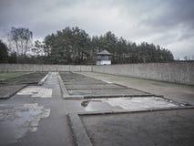 Tiro de las paredes y una torre de guardia en el Sachsenhausen Concent foto de archivo libre de regalías