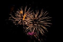 Tiro de los fuegos artificiales que estallan el 4 de julio en Grand Rapids Michigan fotos de archivo