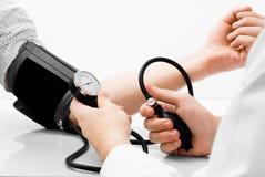 Tiro de medição do estúdio da pressão sanguínea Imagem de Stock