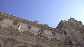 Tiro de medio en tiempo real de la cacerola de izquierda a derecha del Louvre en París almacen de video