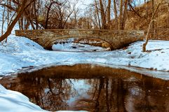 Tiro de piedra del puente la corriente de la primavera Foto de archivo
