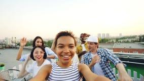 Tiro de Point of View del baile afroamericano de la muchacha y de la diversión el tener que miran la cámara el partido del tejado almacen de metraje de vídeo