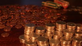 Tiro de seguimento lento das pilhas e do Rolls de quartos americanos, moedas de dez centavos, níqueis - dinheiro da economia - fo vídeos de arquivo