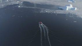 Tiro de seguimiento aéreo de la Antártida de la vela del barco del zodiaco almacen de metraje de vídeo