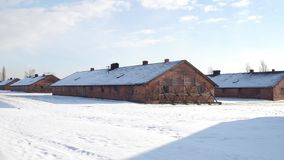 Tiro de Steadicam de los cuarteles viejos del ladrillo del campo de concentración en invierno vídeo 4K almacen de video