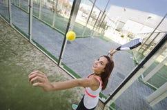 Tiro de tenis de la paleta: la mujer está lista Imágenes de archivo libres de regalías